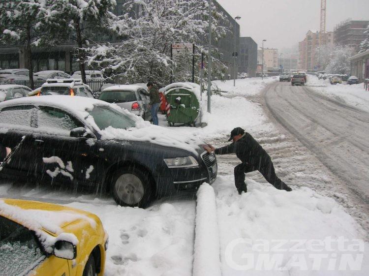 Maltempo: arriva la neve, pericolo valanghe marcato e prime strade chiuse