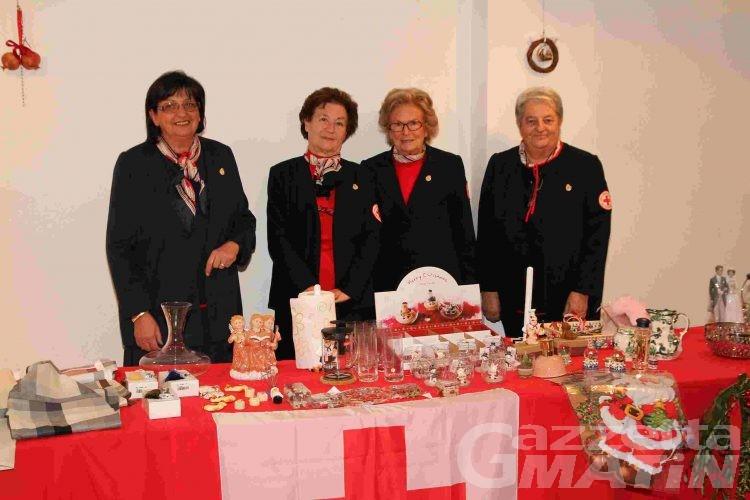Ultimi acquisti al mercatino della Croce Rossa