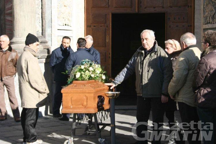 Fiori bianchi e il casco da motociclista per dire addio a Giuliano Gilardi