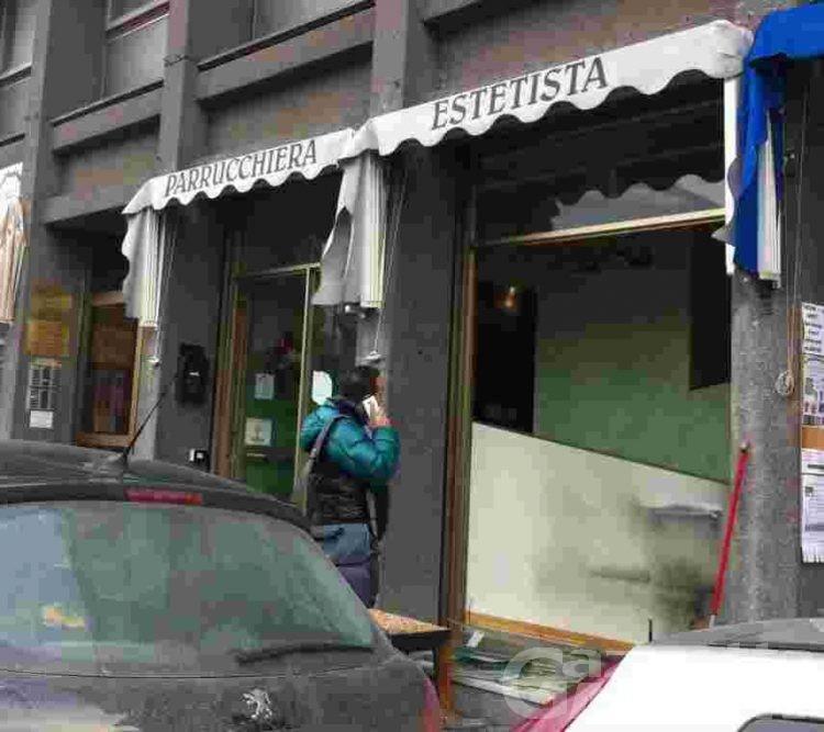 Aosta: due molotov e una pietra contro un negozio da parrucchiera