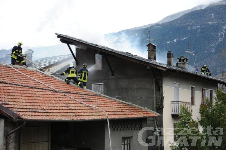 Villeneuve: due famiglie evacuate per il rogo del tetto di casa