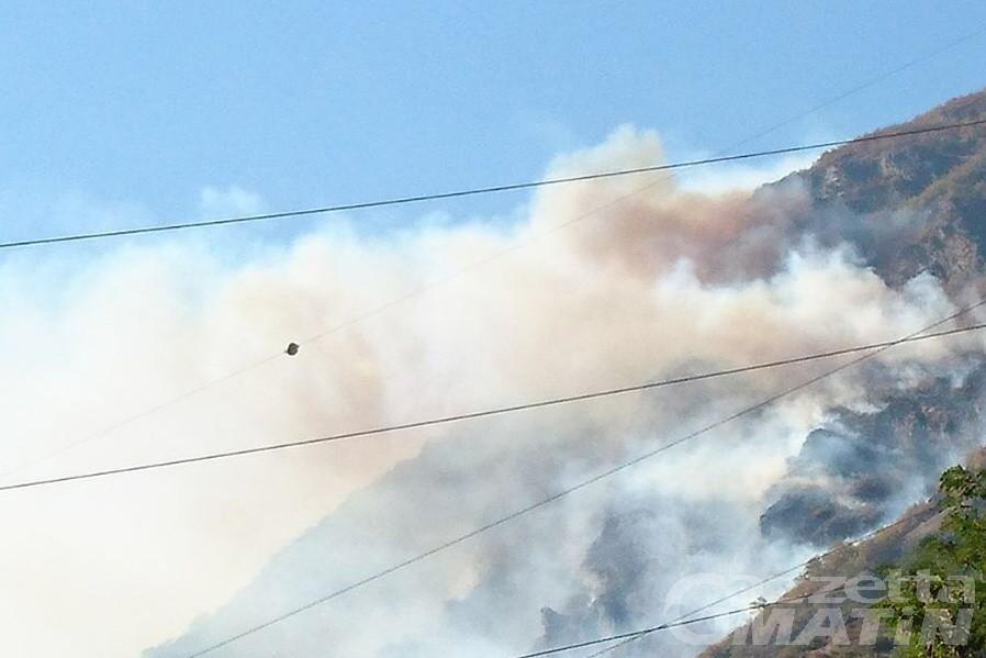 Incendi: fiamme divampano a Saint-Denis