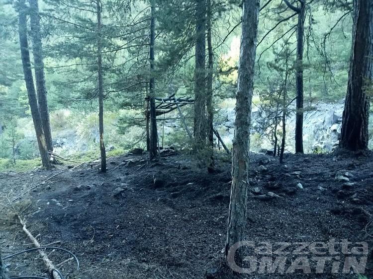 Sarre: casetta costruita da ragazzini va a fuoco, principio di incendio boschivo domato