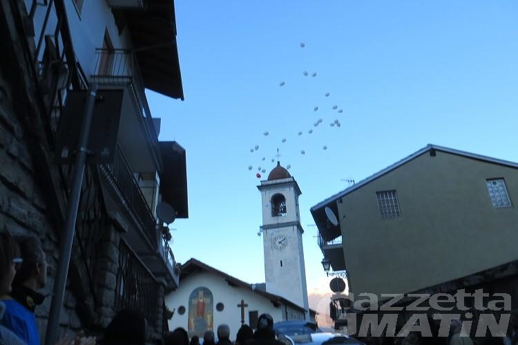 Tragedia di Aymavilles, palloncini bianchi al cielo per salutare gli angioletti Nissen e Vivien