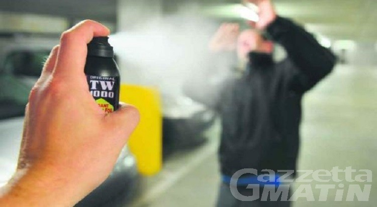 """Spray al peperoncino in supermercato contro molestatore, la sostanza si propaga e """"intossica"""" altri clienti"""