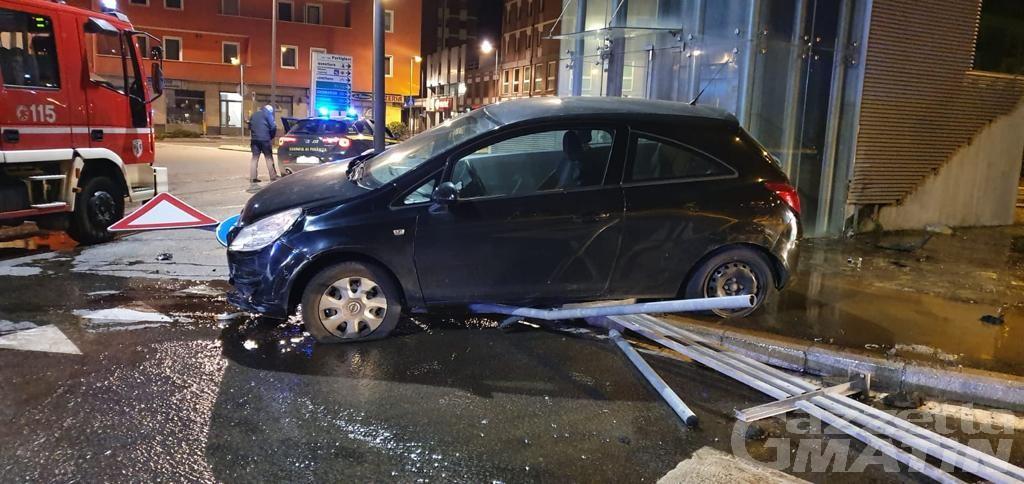 Aosta: auto finisce fuori strada e distrugge un idrante