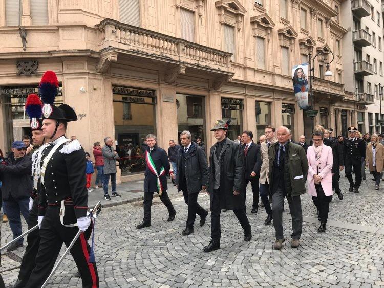 Celebrazioni 25 Aprile: il vicepresidente del Consiglio Valle indossa la camicia nera, piovono le critiche; il leghista Distort replica «amo il nero»