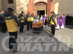 Aosta, un mare di divise e amici per l'ultimo saluto a Marco Musichini