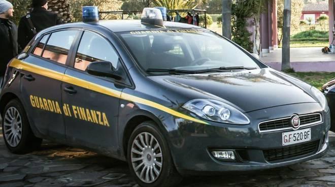 Terrorizza i passanti con un martello e sfascia le auto in sosta: arrestato dalla gdf