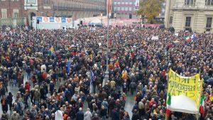 Oggi piazza Castello gremita: manifestano oltre 25.000 persone per dire: Torino Vale di Più