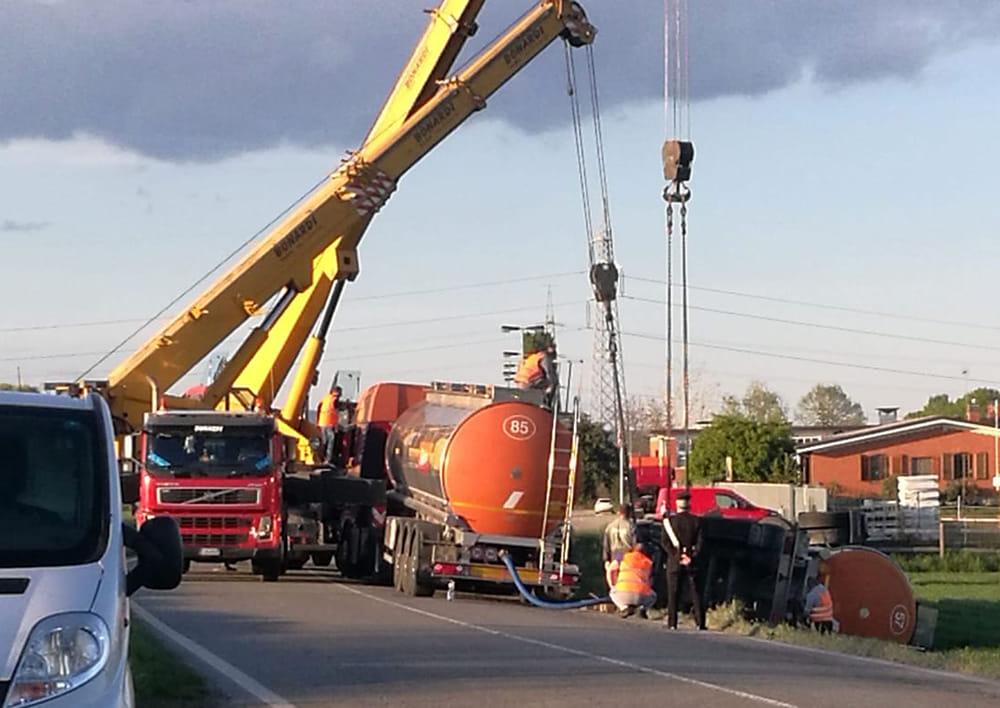 CARIGNANO – Cisterna si ribalta: disagi alla circolazione