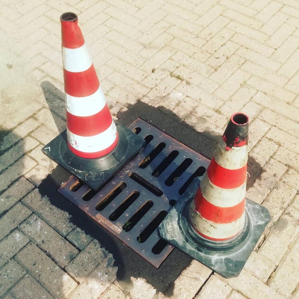 MONCALIERI – Il tombino cede e il Comitato chiude l'accesso al parcheggio