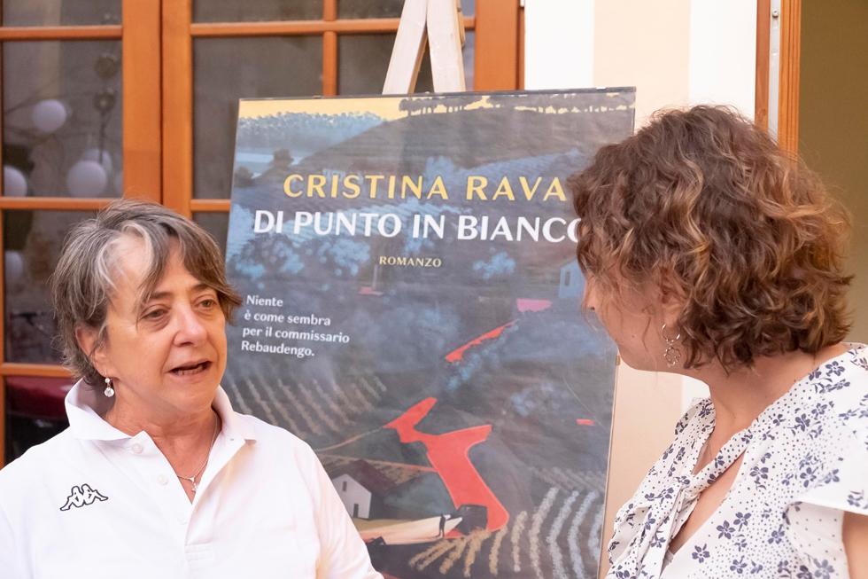 Cristina Rava all'apericena del cortile SOMS di Racconigi con il commissario Rebaudengo e Ardelia Spinola