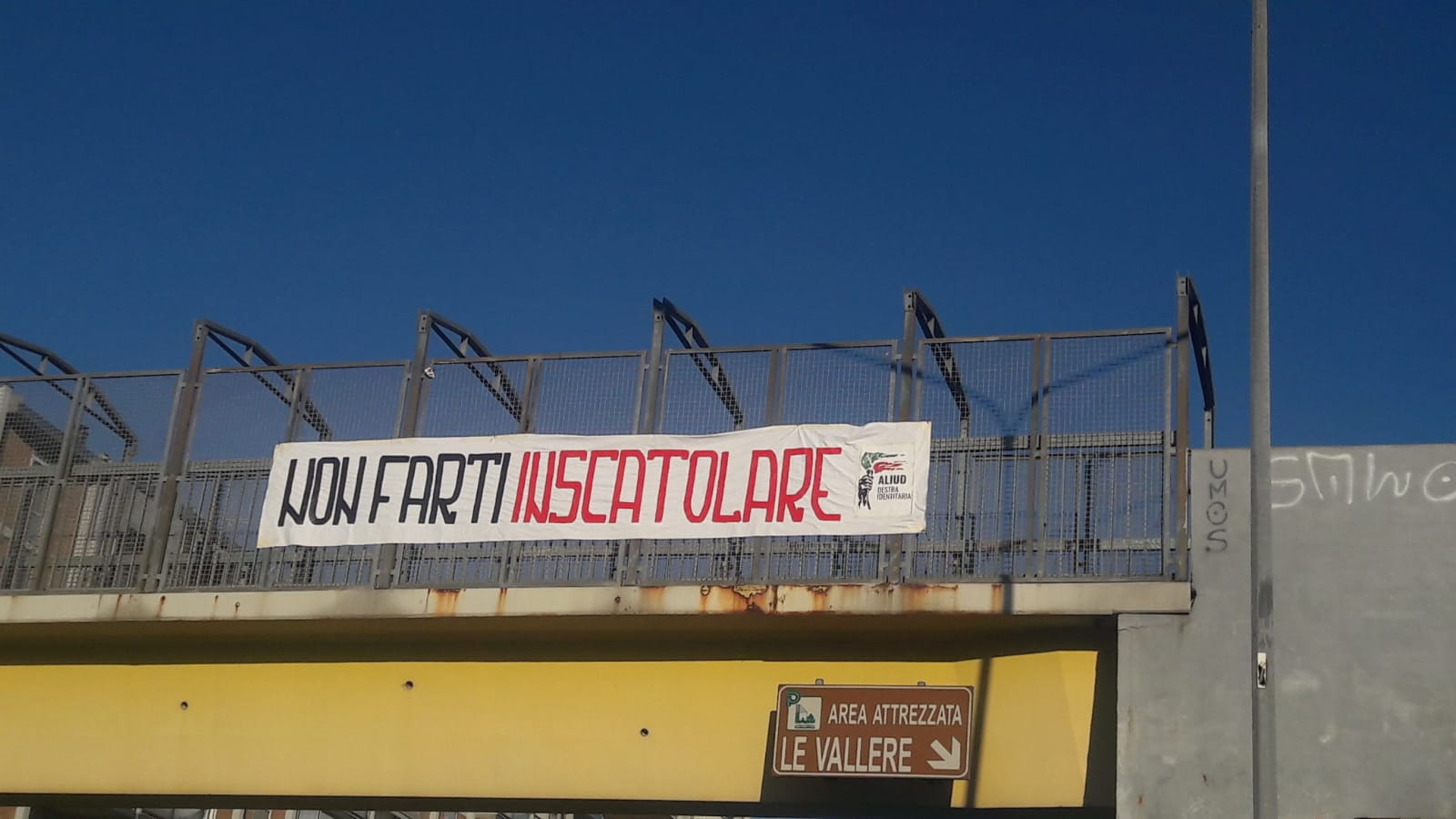 MONCALIERI – Striscione contro le Sardine in corso Trieste