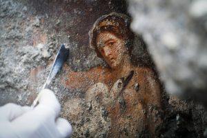 Leda e il cigno, a Pompei scoperta a luci rosse. Emerge un affresco di altissima fattura