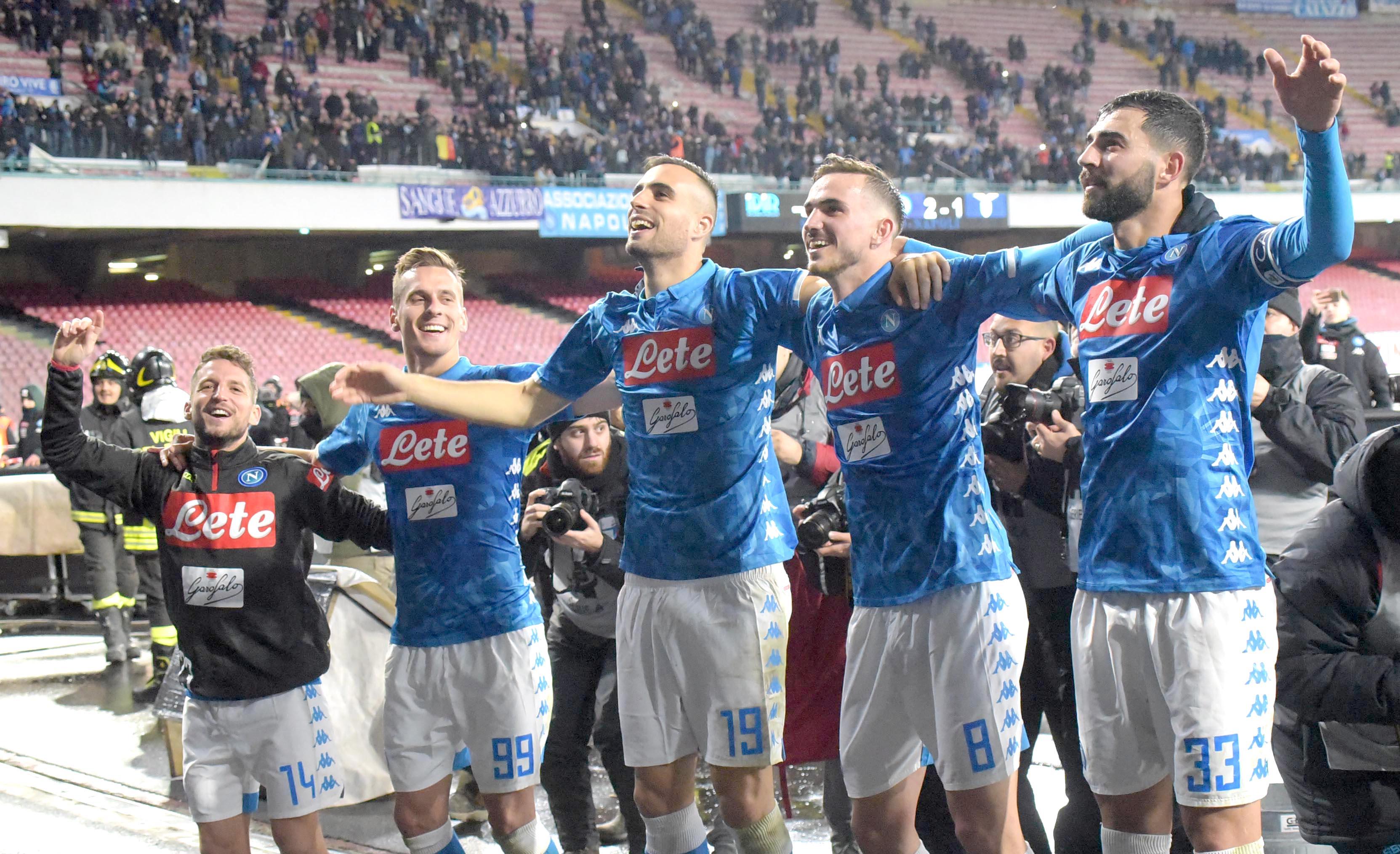 Calcio: il Napoli batte la Lazio e insegue la Juve. Tre pali colpiti dagli azzurri