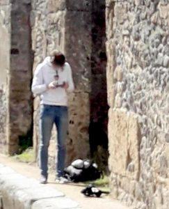 Visitatori infrangono il regolamento. Il drone sorvola le Domus degli Scavi
